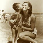 09 Ondina bacio figlio Luigi spiaggia